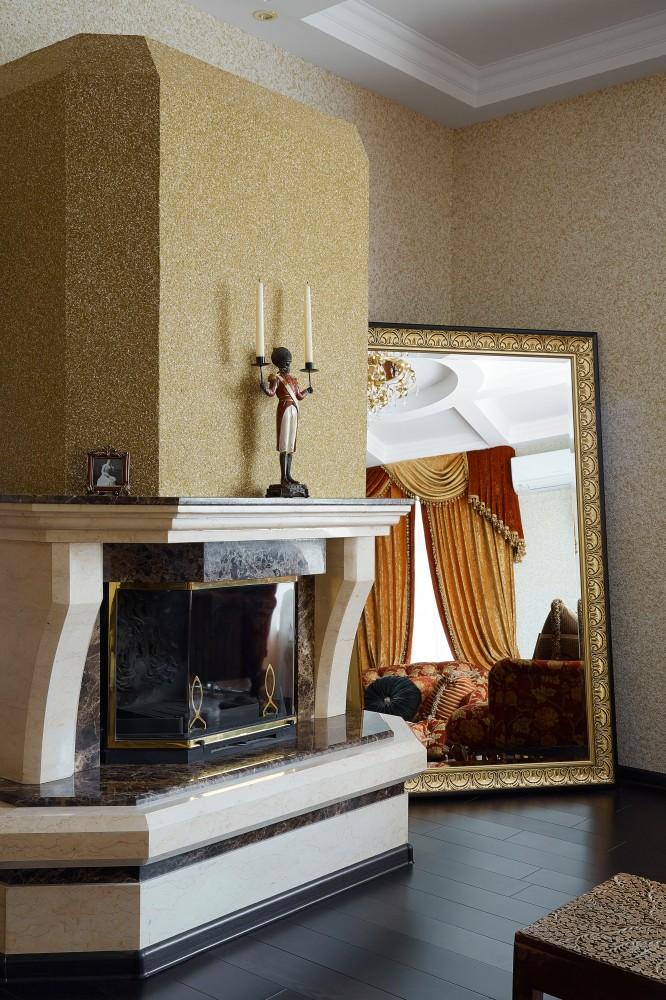 Отделка гостиной и камина жидкими обоями приятного песочного цвета