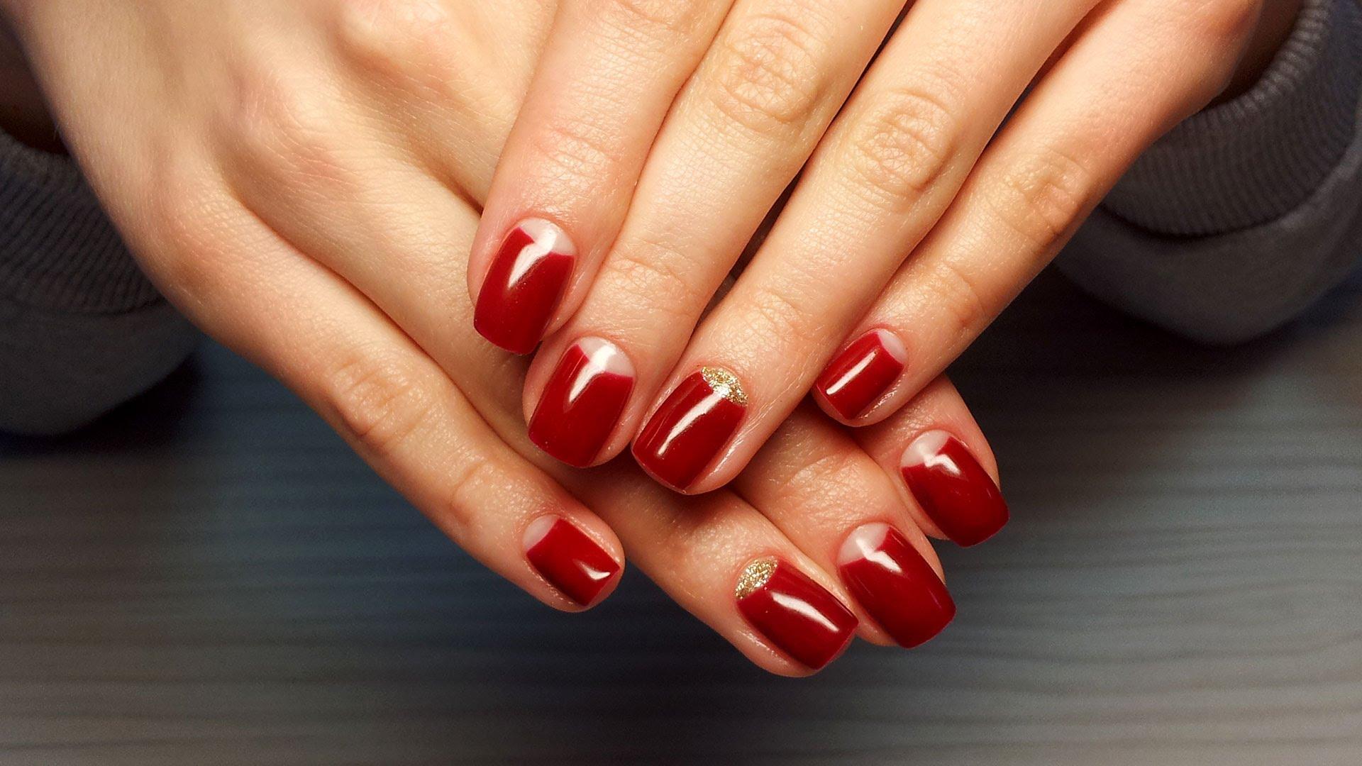 Красный гель-лак на коротких ногтях