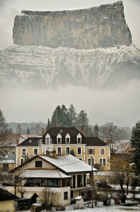 2-километровая гора Эгюий будто нависает над расположенной у ее подножья деревушкой.