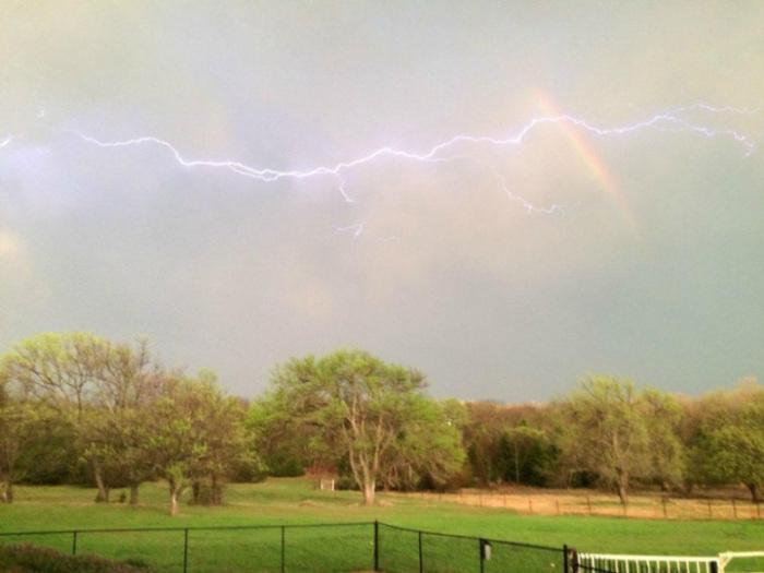 Два редких метеорологических явления, которые одновременно появились на небе.