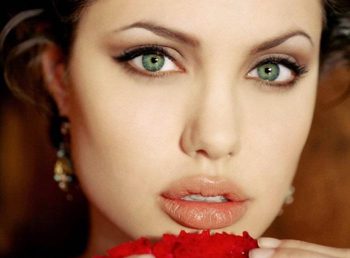 Американская актриса, фотомодель, обладательница премии «Оскар». Была самой высокооплачиваемой актрисой в 2009, 2011 и 2013 годах.