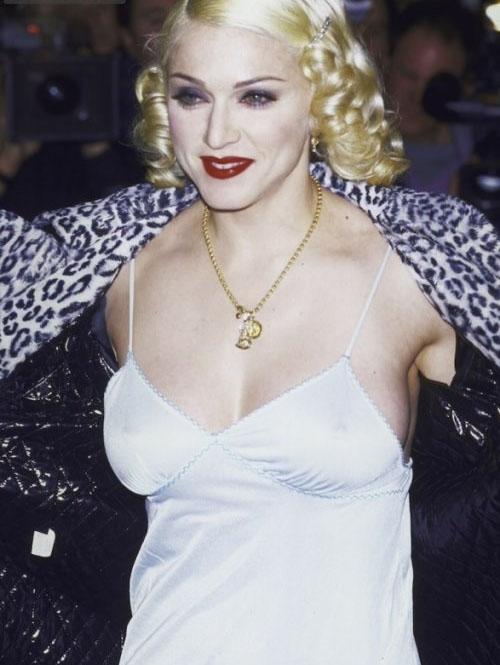 Легендарная Мадонна в белом платье-комбинации.