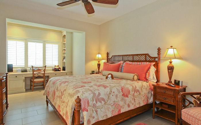 Спальня с домашним офисом в тропическом стиле