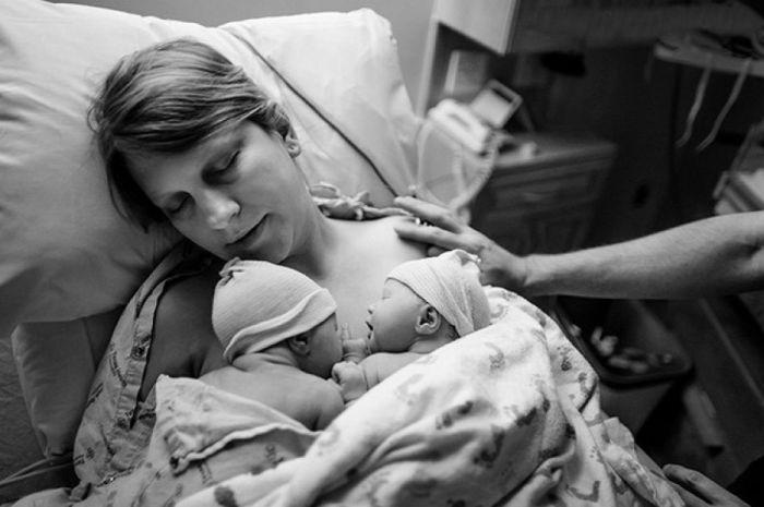 Сразу после рождения ребенка женщина ощущает радость, счастье и спокойствие.