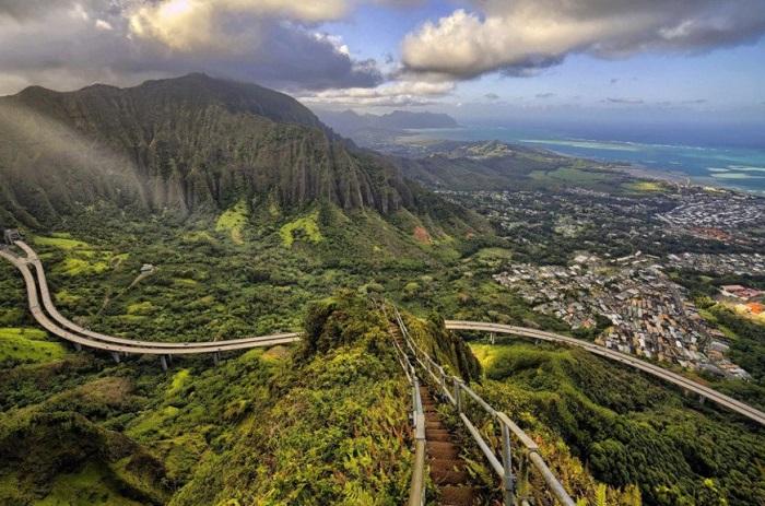 Крутая тропа для пешего восхождения, расположенная на острове Оаху.