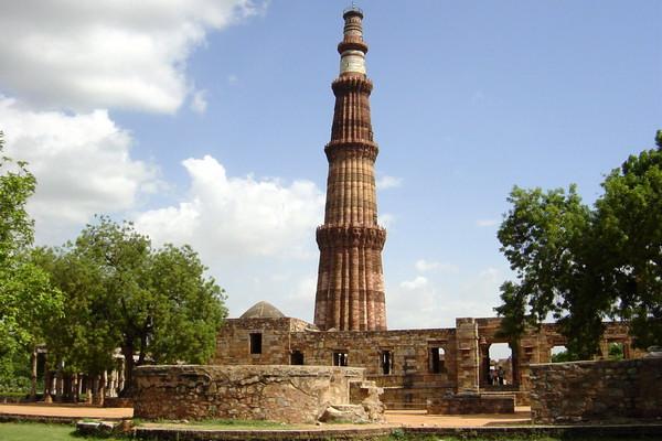 Мечеть Кувват-уль-ислам с минаретом Кутб-Минар