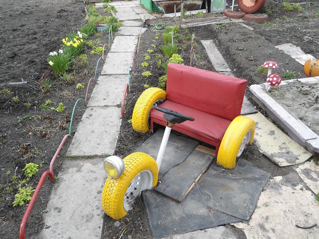 Машина для детской площадки из колес