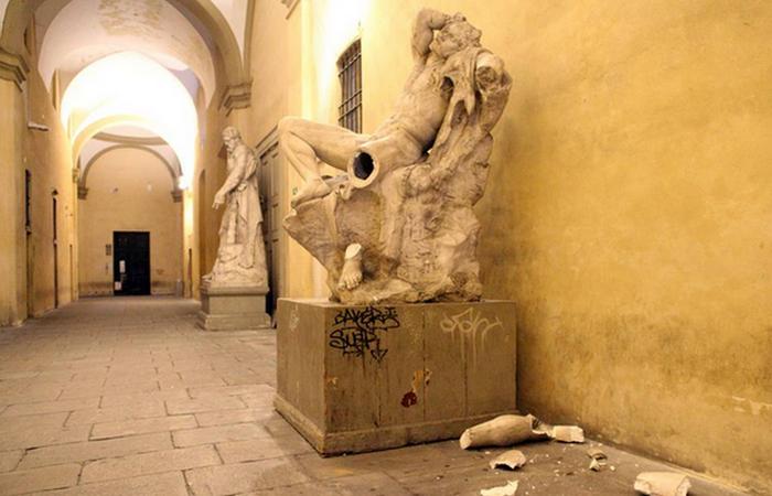 Старинная точная копия была очень ценной статуей.