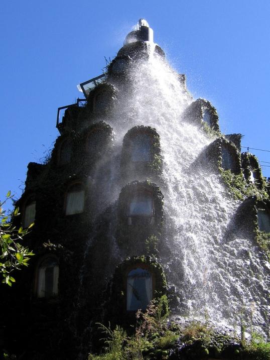 Необычный отель-водопад в заповеднике Уило-Уило, Чили. Фото