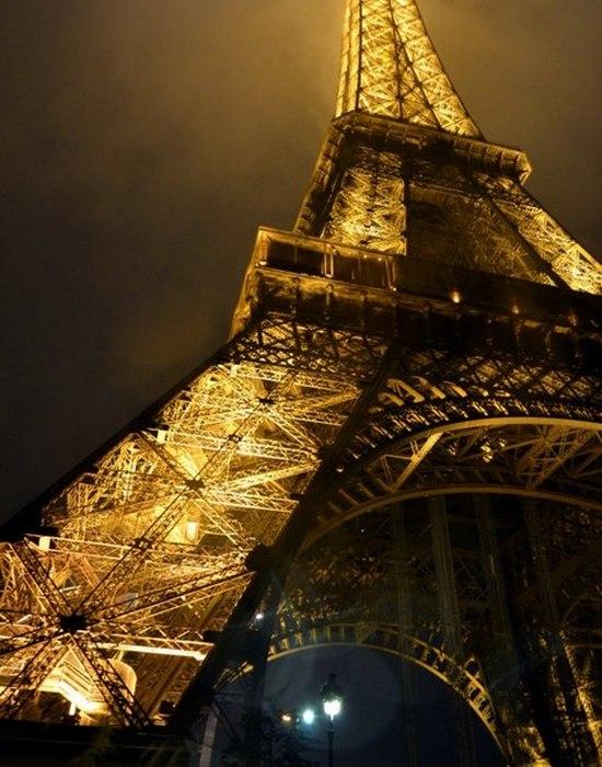 На Эйфелевой башне 5 миллиардов ламп и фонарей.