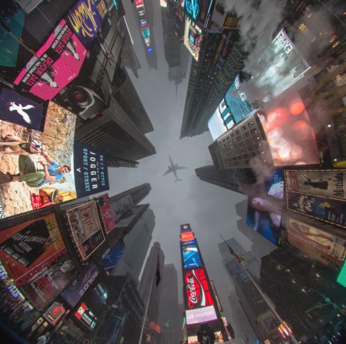 Удачный кадр на площади Таймс-сквер в Нью-Йорке.
