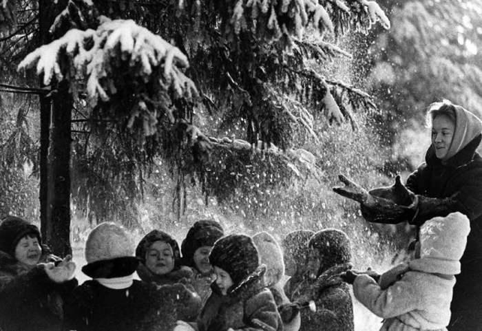 Снежный душ, 1960 год. Фотограф Лев Бородулин.