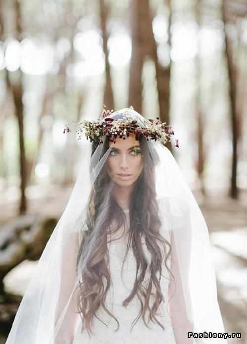 Свадебная прическа на длинные волосы, должна непременно открывать лицо невесты, чтоб гости могли рассмотреть сияющее, от счастья, лицо