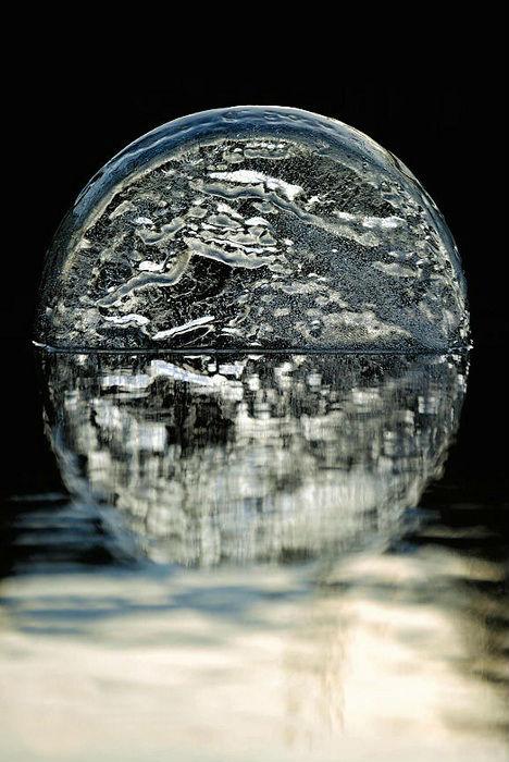 Подсвечивание льда в воде на фоне тьмы.