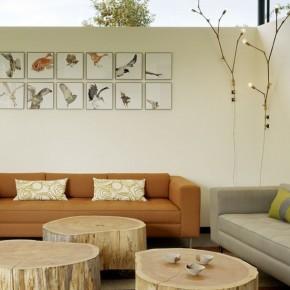 кофейные и журнальный столики из пней в интерьере светлой гостиной