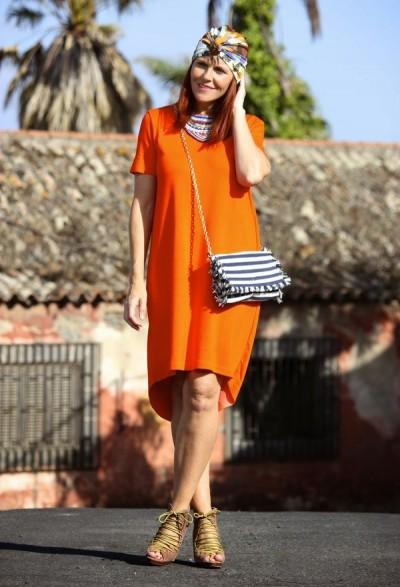 яркий лук с летним платьем и разноцветным платком
