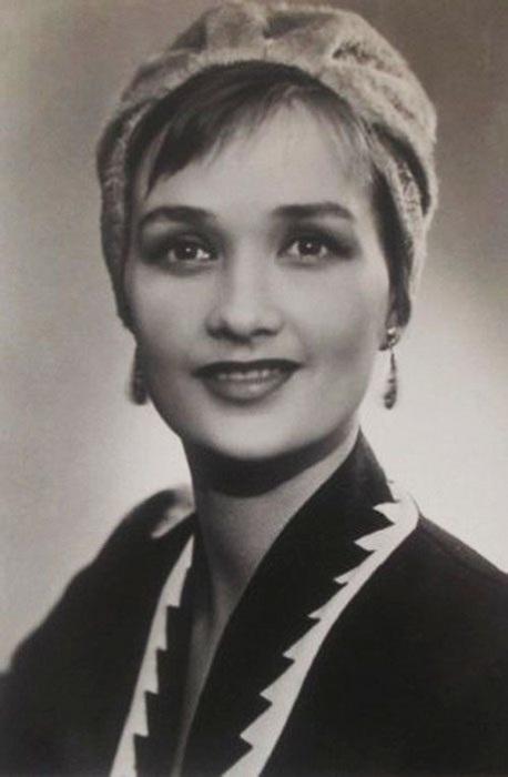 Одна из самых красивых актрис советского кино. Она прославилась ролью Натальи в киноэпопее «Тихий Дон». Из-за конфликта с высокопоставленным чиновником, Кириенко снимали редко, но она снова стала звездой после фильма «Любовь земная».