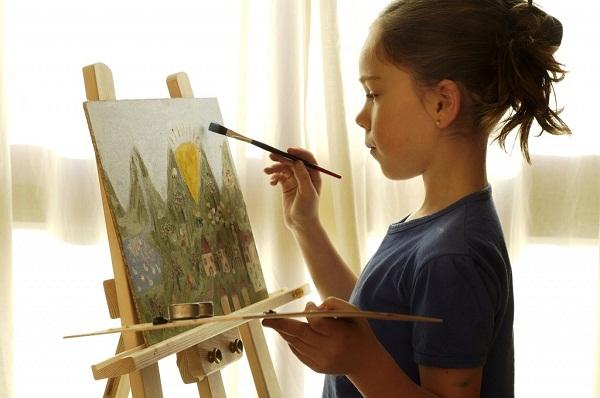 Картинки по запросу ребенок рисует на мольберте