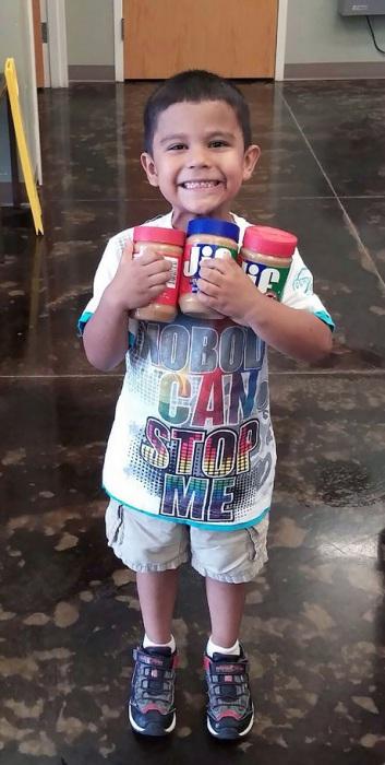 Малыш собирал деньги и купил на них арахисовое масло для собак из местного приюта.