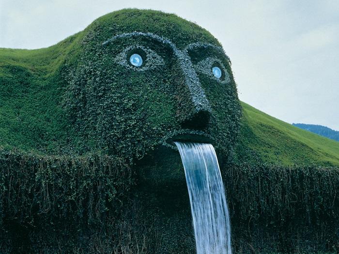 Фонтан представляет собой скульптуру огромного великана с хрустальными глазами, изо рта которого изливается огромный водопад. Это поразительное сооружение было построено в 1995 году к открытию в Инсбруке музея кристаллов всемирно известной фирмы Сваровски.