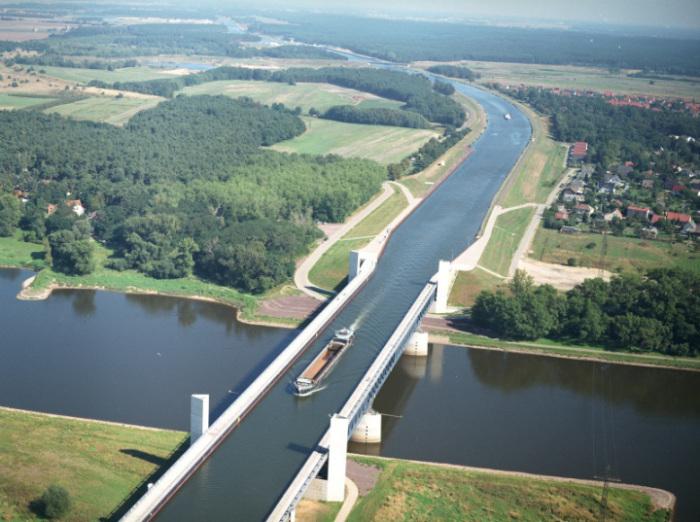 Магдебургский водный мост в Германии.