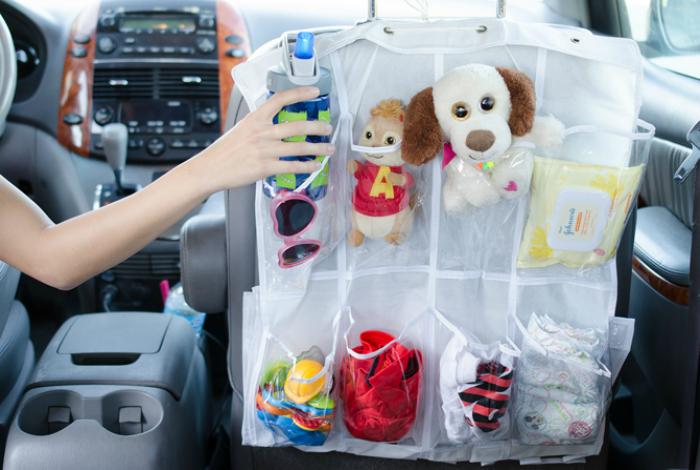 Используйте обувной органайзер для комфортных путешествий с детьми. В карманах органайзера можно разместить все необходимое, чтобы не отвлекаться на поиски необходимой вещи.