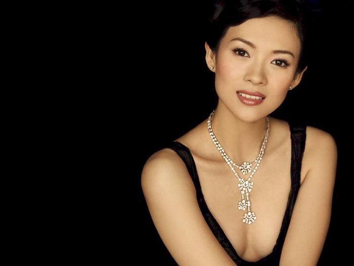 Одна из наиболее известных актрис китайского кино на сегодняшний день.