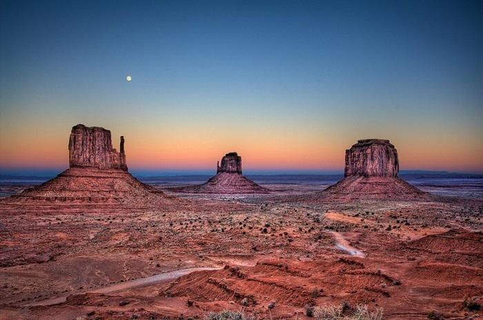 Уникальное геологическое образование, расположено вдоль границы штатов Аризона и Юта.