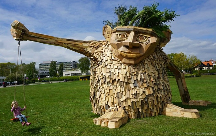 Инсталляция художника Thomas Dambo.