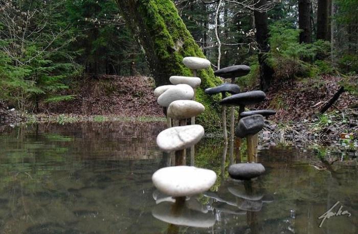 Красиво сложенные каменные скульптуры.