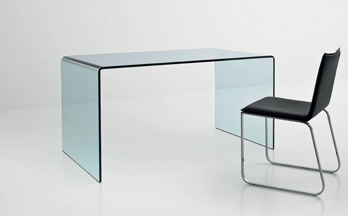 Стеклянный стол в минималистском стиле