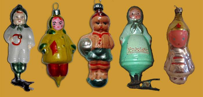 Игрушки 50-х годов отличались тщательностью изготовления. По фигуркам малышей можно сложить довольно точное представление о детской моде того времени. Для сравнения – справа аляповатый и схематичный «буденновец» из 70-х…
