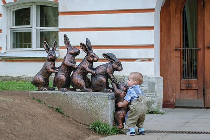 Самый маленький герой, который решил помочь зайчишке.