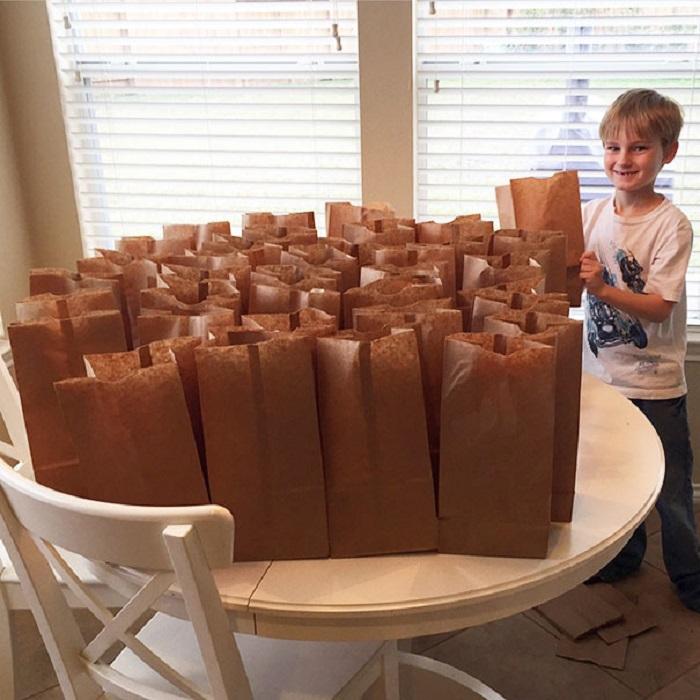 Мальчик накопил за год $120 и решил потратить их на обеды для бездомных людей.