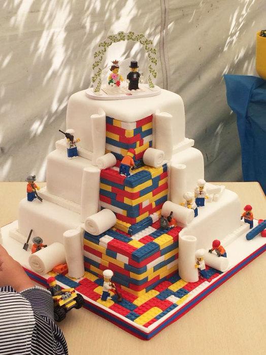 Прекрасный трехслойный свадебный торт, по мотивам детского конструктора «Лего».