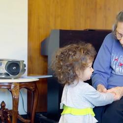 В США объединили детский сад и дом престарелых. И дети, и старики в восторге