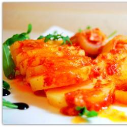 Картофель запечённый в томатном соке с тефтелями.