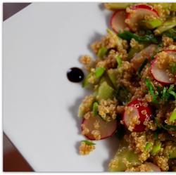 лёгкий салат из КИНОА, редиса и свежего огурца.