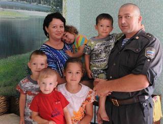 Сердце человека: алтайский полицейский спас и усыновил двоих детей