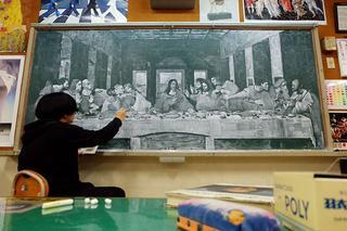 Японский учитель рисует шедевры мелом на школьной доске