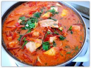 Свекольный суп с капустой и солеными помидорами