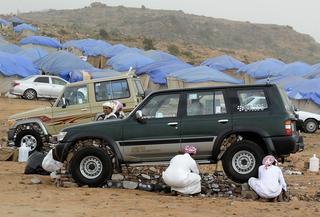 Зачем саудовская молодежь обкладывает камнями машины