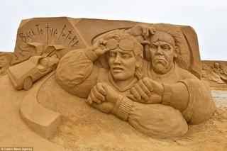 Более 150 песчаных скульптур знаменитостей представлены на фестивале в Остенде