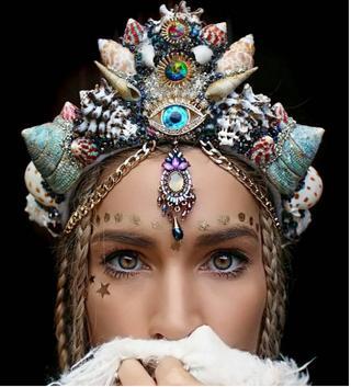 Девушка создает из обычных ракушек короны волшебной красоты