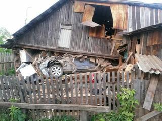 В Свердловской области водитель снес жилой дом и сбежал