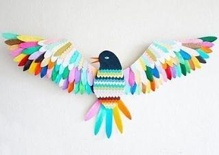 Милое панно из бумажных перьев
