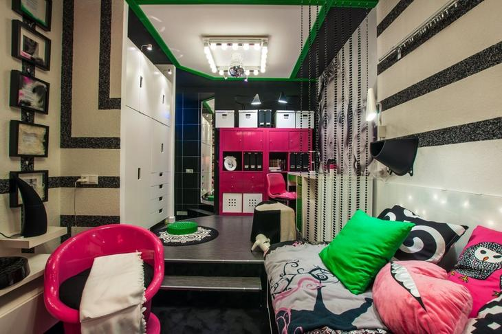 Яркая комната для девочки-подростка, полоски на стенах, выполнены жидкими обоями, визуально увеличивают комнату