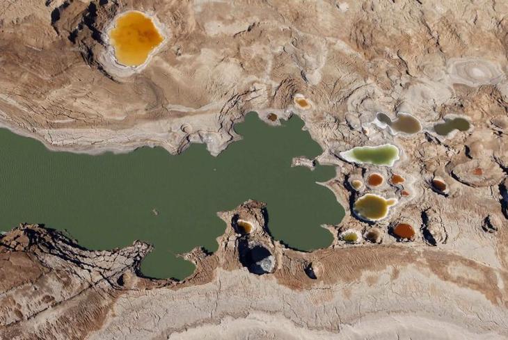 Мертвое море в Израиле. Вид сверху. Фото