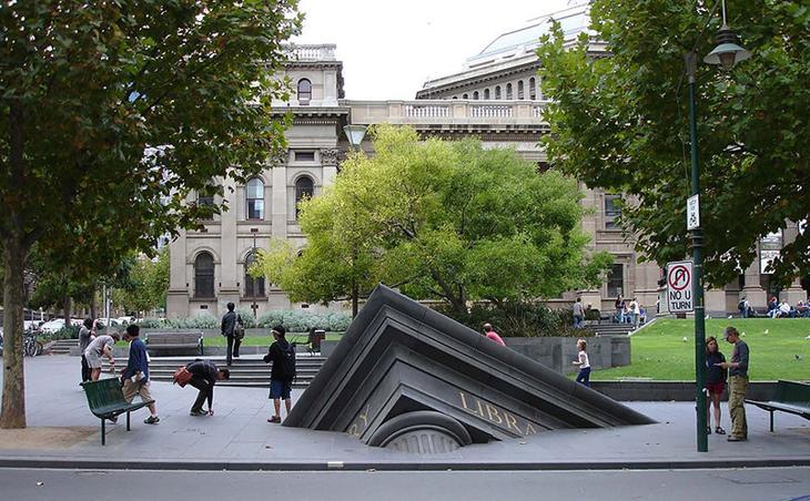 Тонущая библиотека в Мельбурне, Австралия. достопримечательности, искусство, памятники