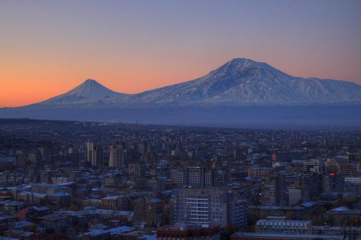 Вид на Арарат из Еревана - столицы Армении фото